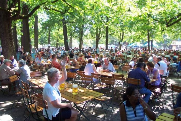 8000 asientos en esta cerveceria al aire libre.