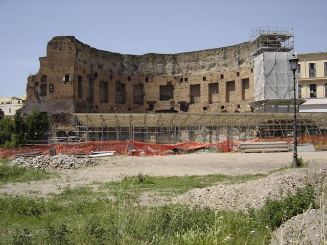 Domus aurea está debajo de las ruinas de los baños de Trajano.