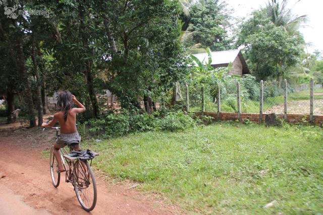 niña bici camboya