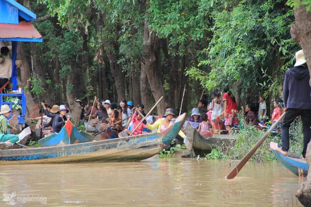 Mujeres a la entrada del bosque inundado