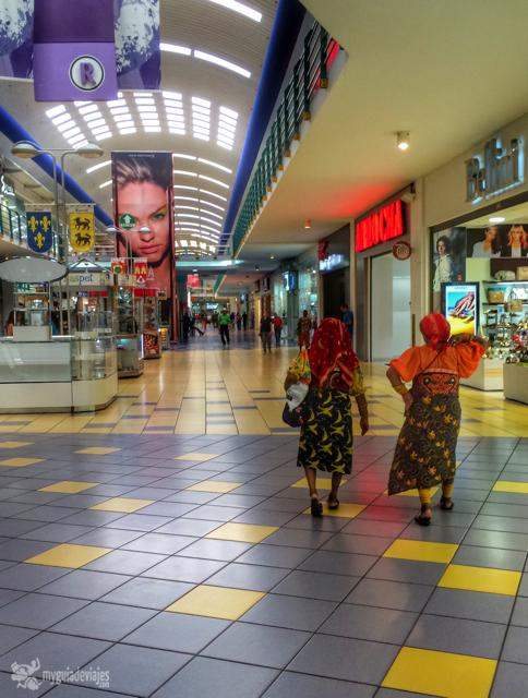 Dos mujeres kunas paseando por un centro comercial