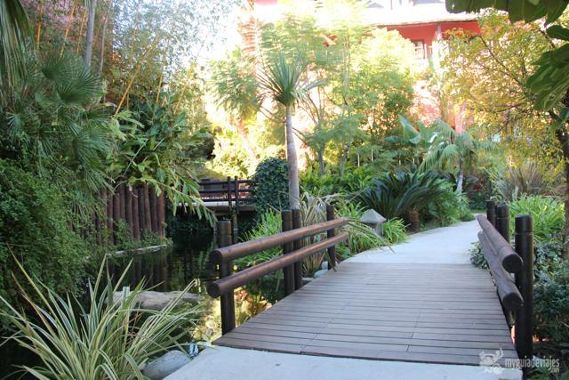 Puente en el jardín tropical