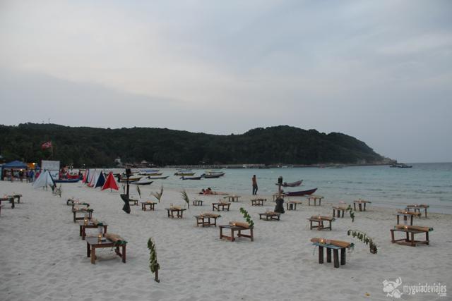 Mesas a pie de playa en Kecil.