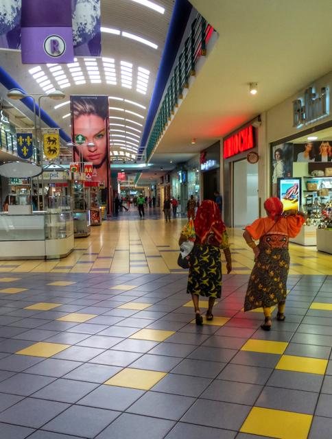 Mujeres kuna en un centro comercial
