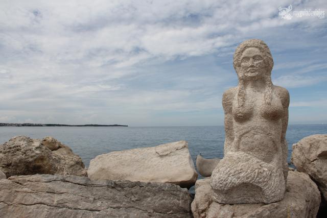 Estatua en el paseo marítimo de Piran