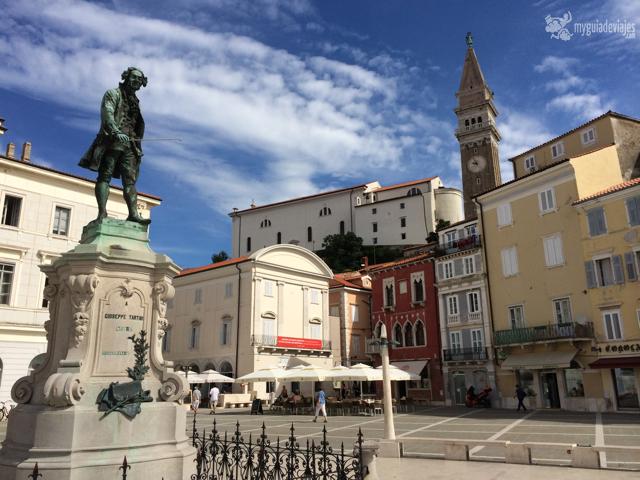 Estatua de Tartini con la torre de la catedral al fondo.