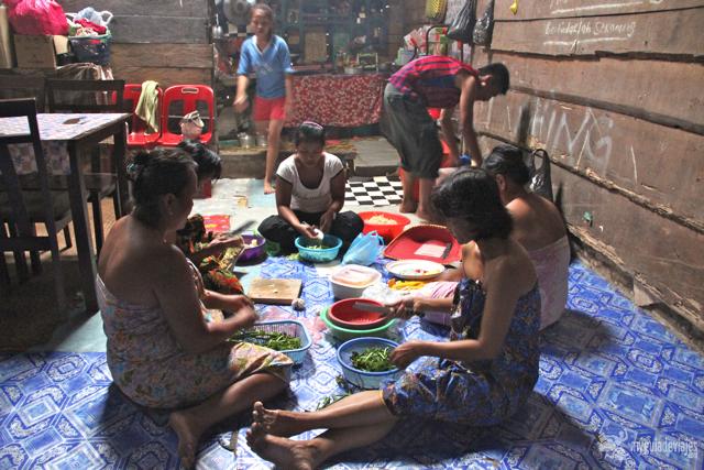 Mujeres preparando la cena en la casa privada o bilek.