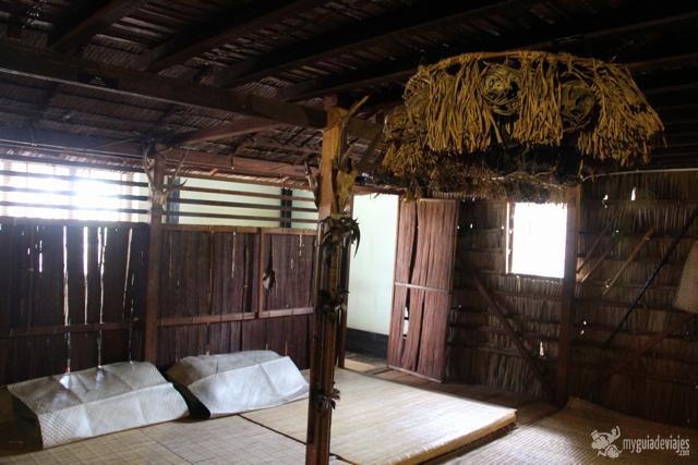 Réplica de choza iban y cabezas cortadas en el Museo de historia de Kuching.