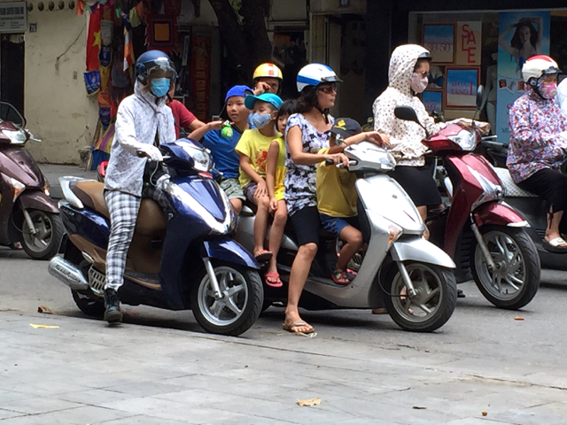 5 en moto, cosa habitual en vietnam.