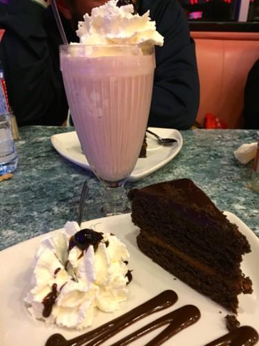 batido de fresa y tarta de chocolate de Anette´s Diner