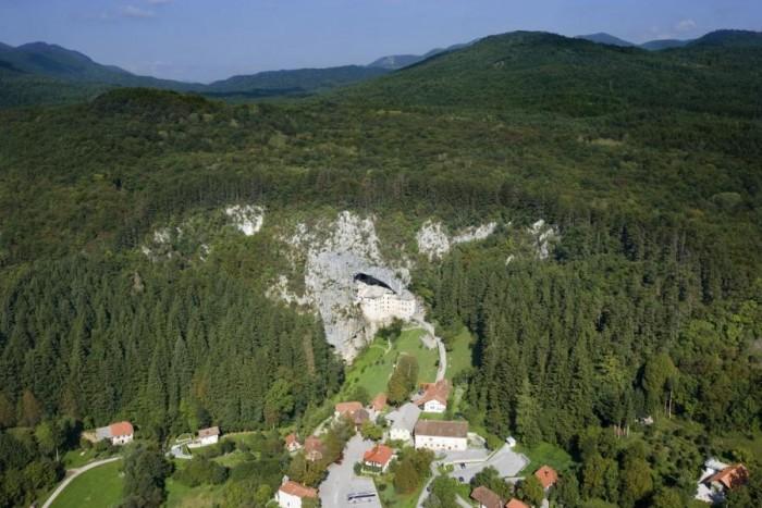 Castillo Predjama desde el aire. Imagen de www.postojnska-jama.eu