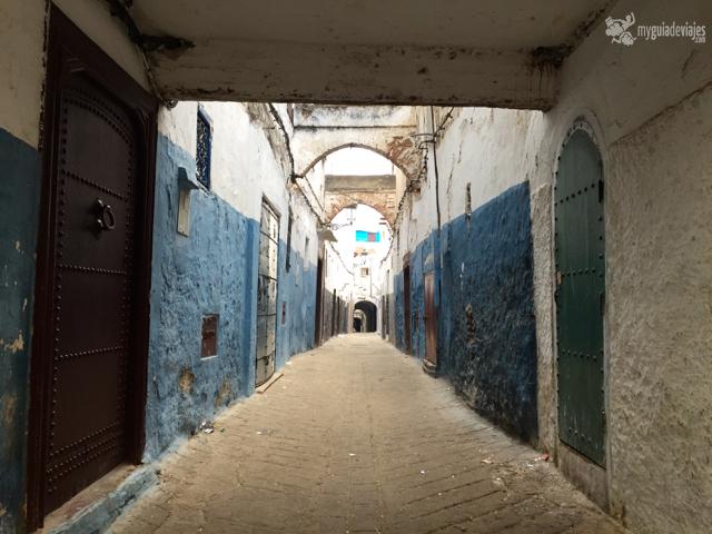 Dos hileras de ladrillo en el suelo: calle estrecha que da a una principal