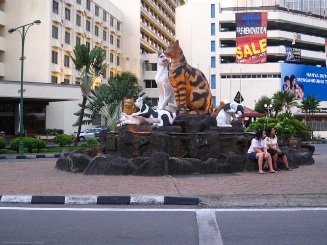 Estatuas de gatos. Imagen de wikipedia.