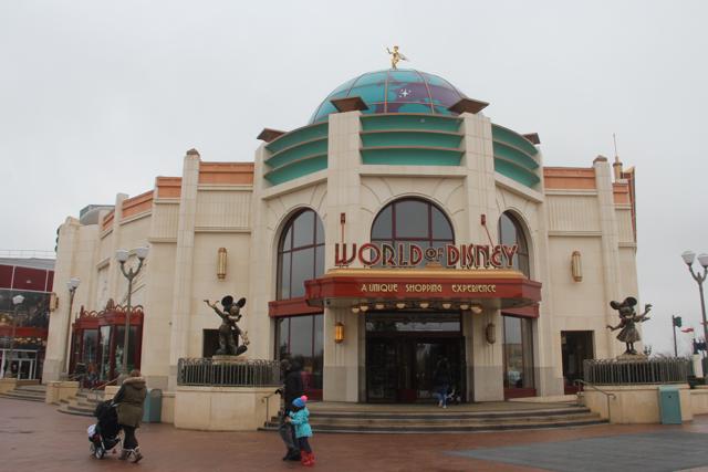 Muchas tiendas en Disney Village