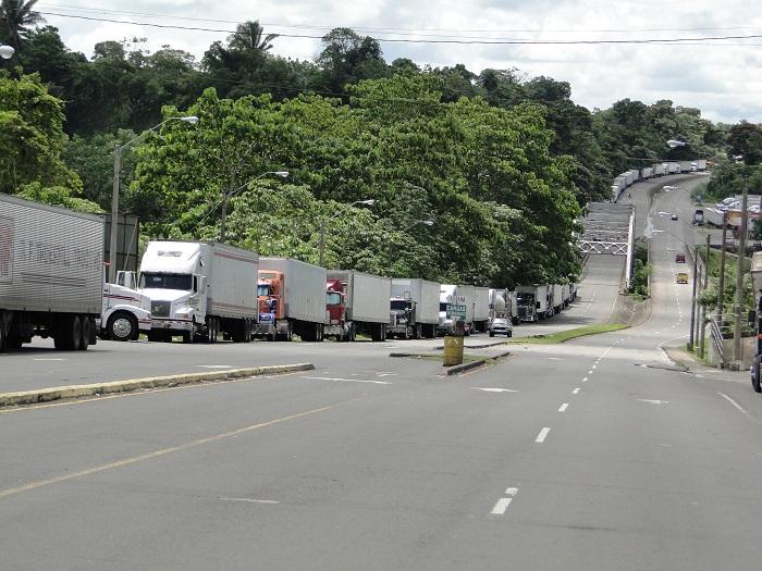 Camiones esperando en Paso Canoas