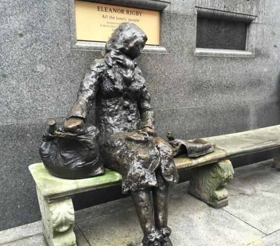 Estatua de Eleonor Rigby.