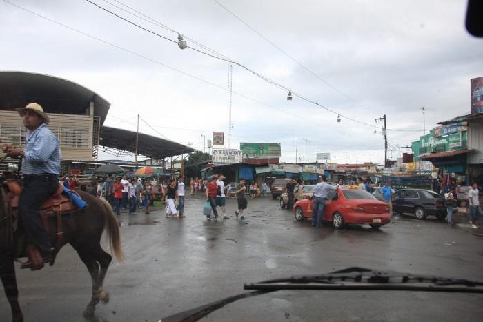 La foto no es mia pero explica a la perfección el caos de este paso fronterizo. http://www.chanatrek.com/