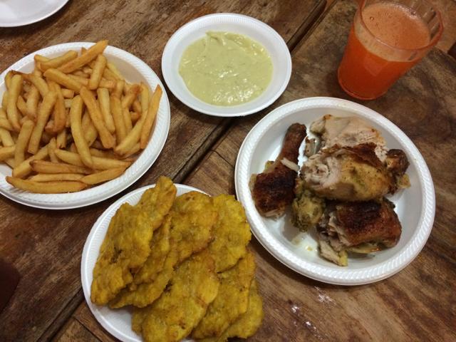 Pollo brasa, patatas y patacones