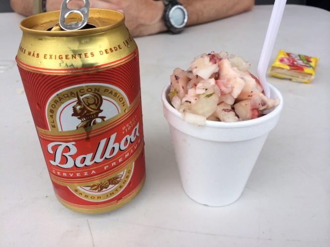ceviche y cerveza en el mercado de mariscos