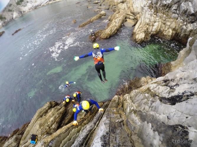 Salto en Coasteering. Imagen de TRoka.