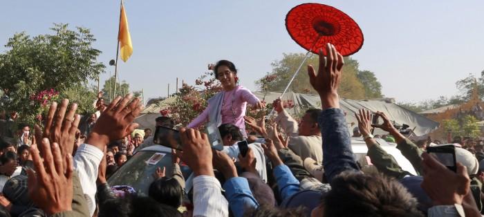 La política Aung San Suu Kyi está luchando por la democratización de Birmania.