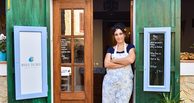 Maria en la puerta de su local. Imagen de abc Mallorca.