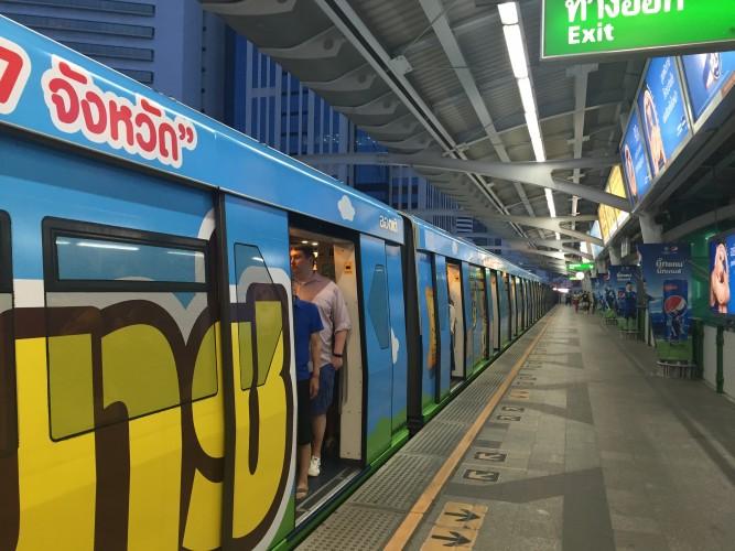 El Skytrain es rápido y evitas atascos.