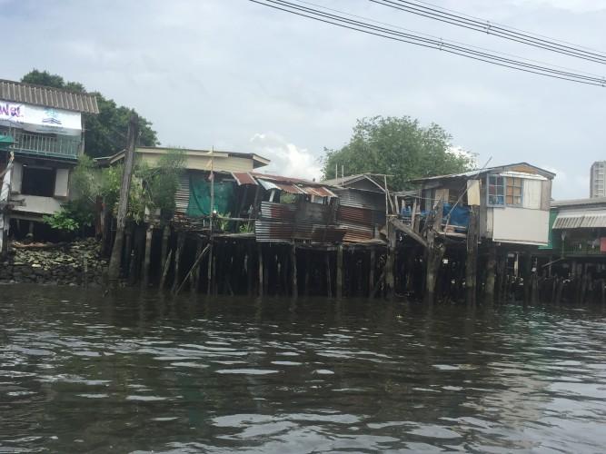 Casas en los Klongs o canales de Bangkok