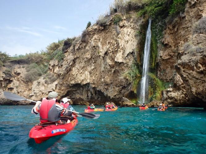 Muchos kayaks por las playas de Maro. Imagen de http://gibspain.com/