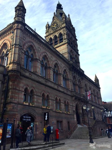 En el edificio del ayuntamiento está la oficina de turismo.