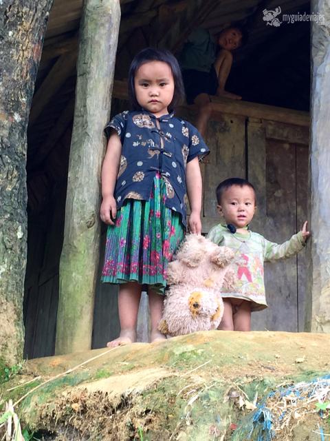 Niños en Sapa de mirada triste