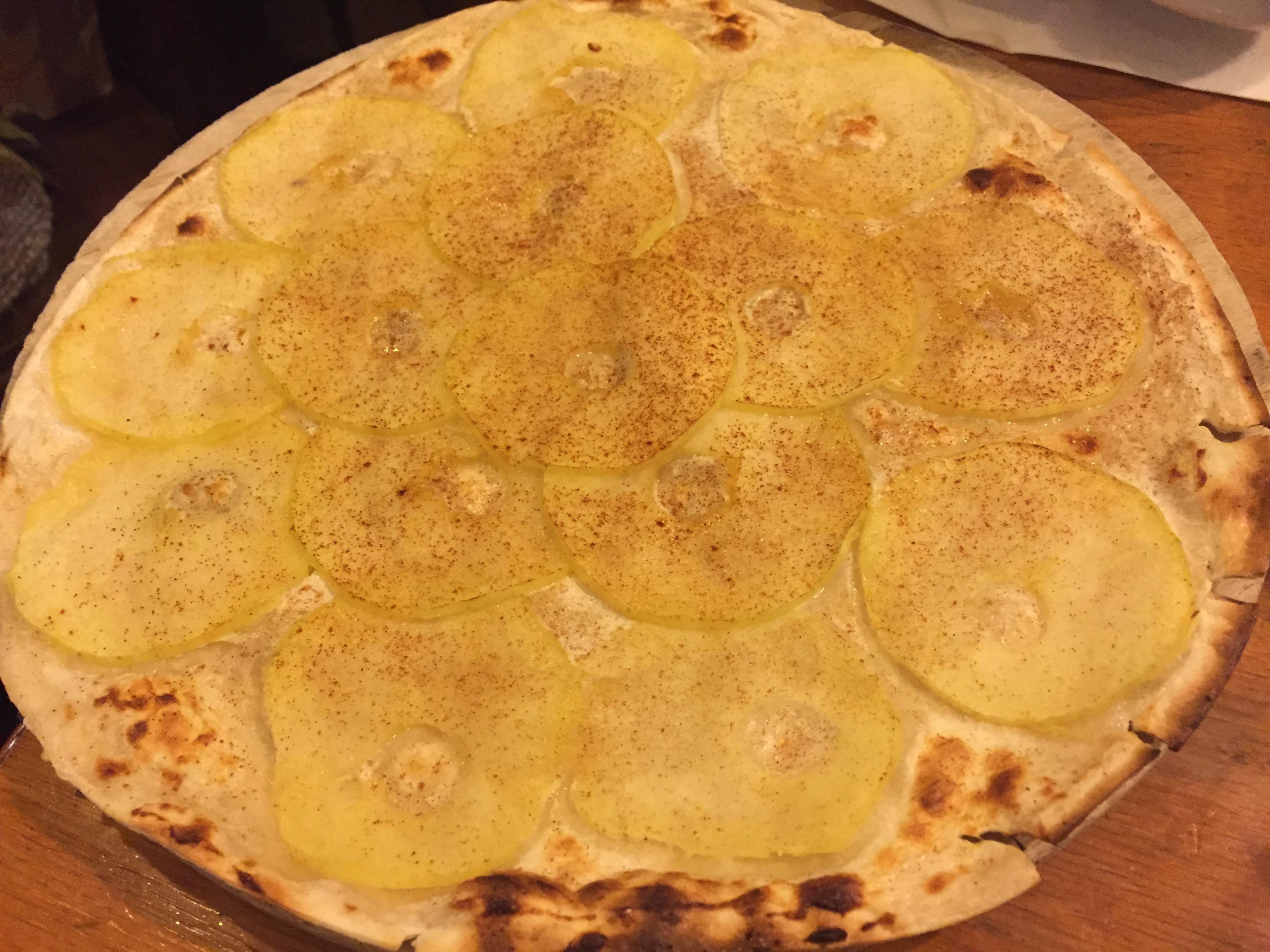 Flammenkuchen o pizza alsaciana.