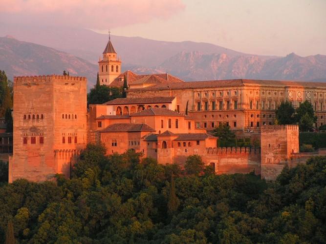 Vista exterior de la Alcazaba de la Alhambra. Imagen: wikipedia.org.
