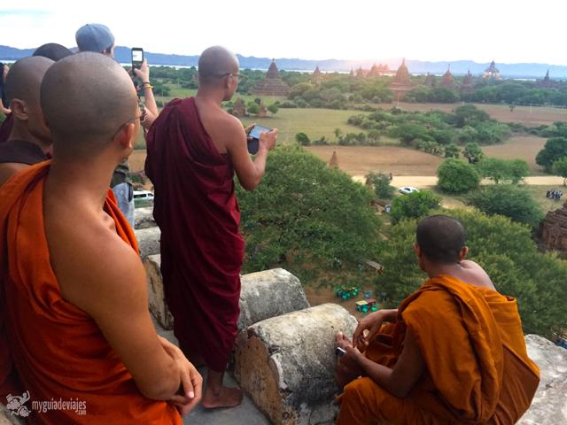 A los monjes también les gusta ver un atardecer desde un templo.