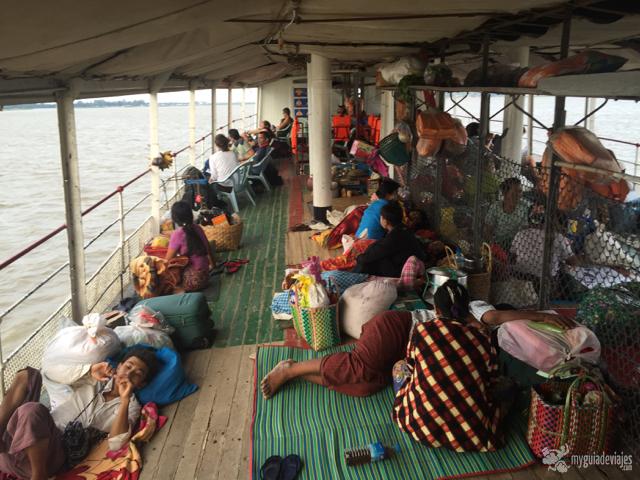 Moverse en barcos con gente local es toda una experiencia.