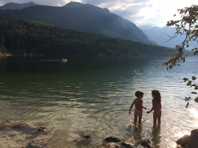 Mis peques en el Lago Bohinj