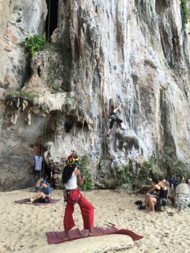 Buena escalada en las rocas de Krabi