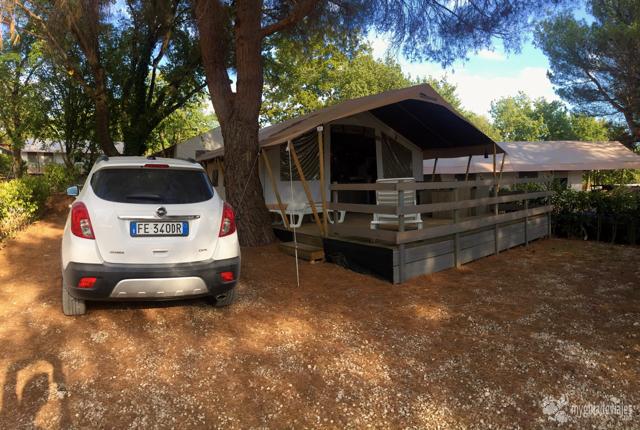 Nuestro coche junto a la tienda del camping Valkanela.