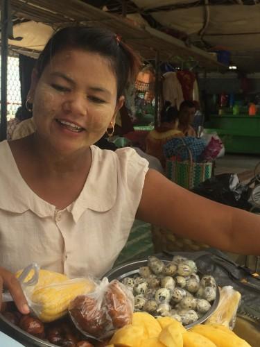 Vendedora con tanaka en la cara