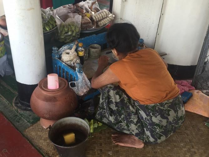 Vendedora preparando betel