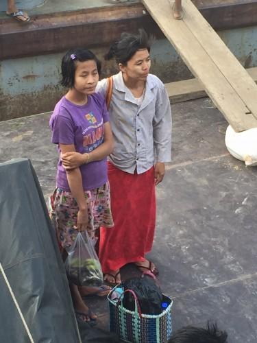 Mujeres a la llegada del barco