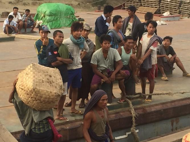 Grupo de lugareños a la llegada del barco