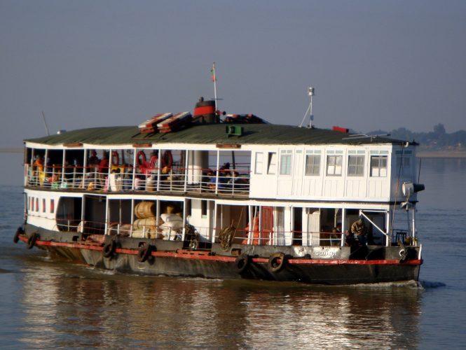 ferry lento a bagan
