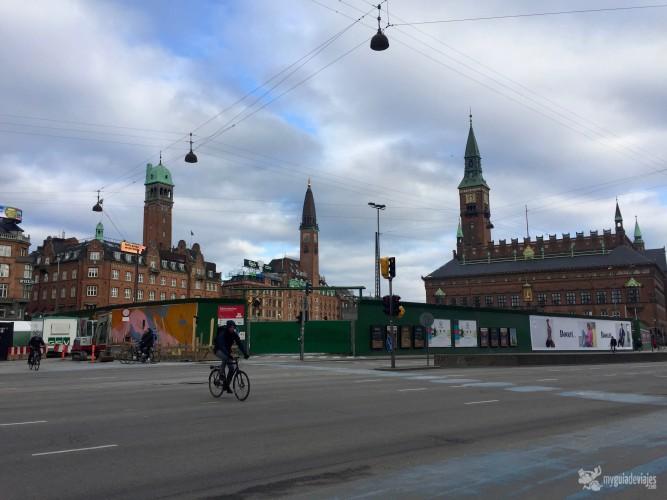 Poco tráfico y muchas bicis. Al fondo el Ayuntamiento
