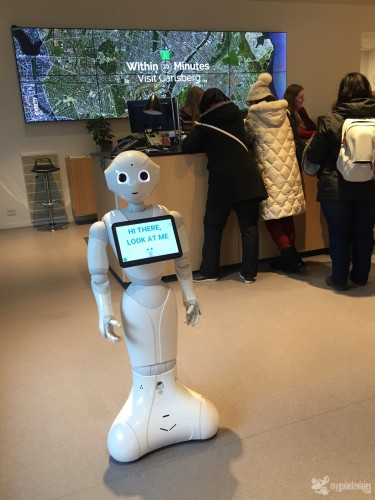 Un robot te da la bienvenida.