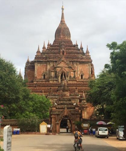 Alquilar una moto eléctrica es ideal para moverse por Bagan.