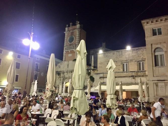 La plaza a tope cualquier noche de agosto.