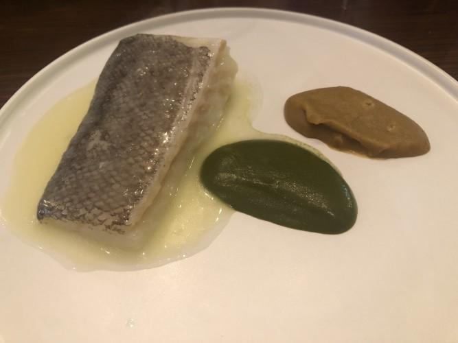 Bacalao confitado en aove y crema de espinacas y garbanzos