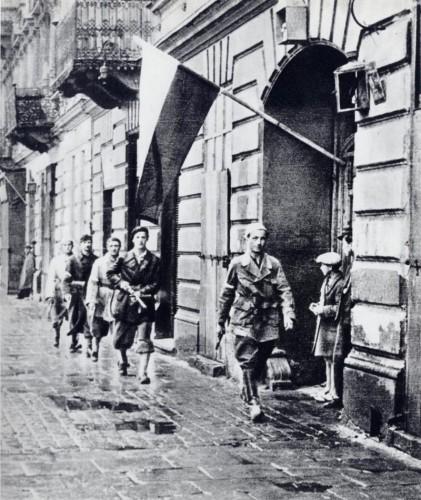 soldados polacos patrullando las calles de Varsovia en 1944. wikipedia.