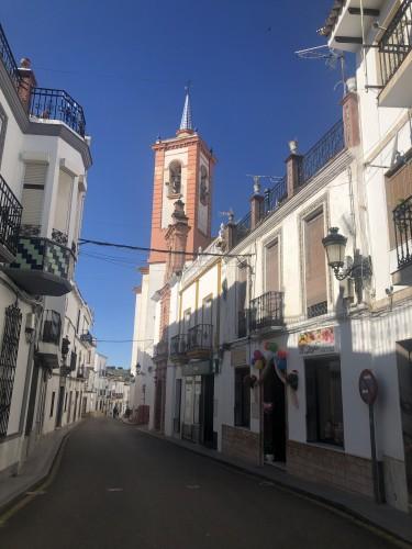 Calle real con la iglesia al fondo